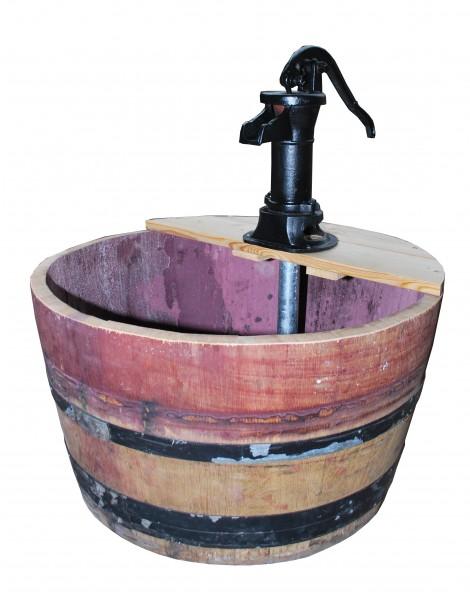 Wasserspiel als Fass, gebraucht mit fixierten Metallringen, 1/2 ca. 100l, mit handbetriebener Pitcherpumpe, ca. Ø 70 x 70 x 48/88 cm